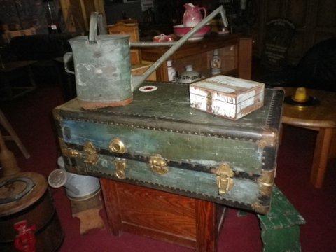 Schränke, Tische, Koffer usw