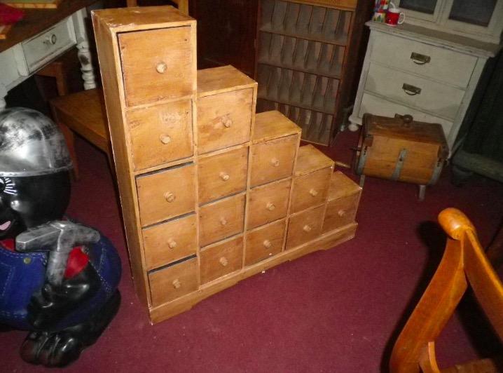 Stufenregal Weichholz mit 15 Schubladen, Nachttisch