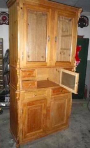großes altes Küchenbuffet, besondere Details