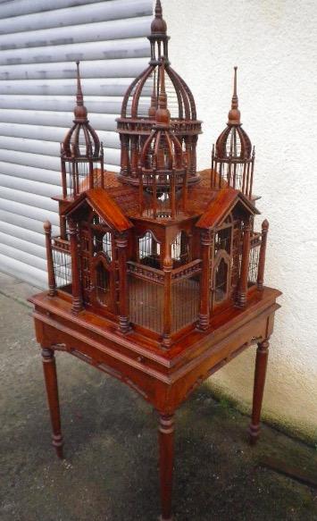 Restaurierter großer alter Holz Vogelbauer mit Tisch