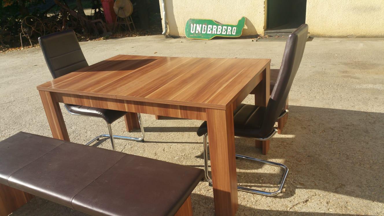 Esstisch mit 2 braunen Kunstlederstühlen und 2 Kunstlerederbänken