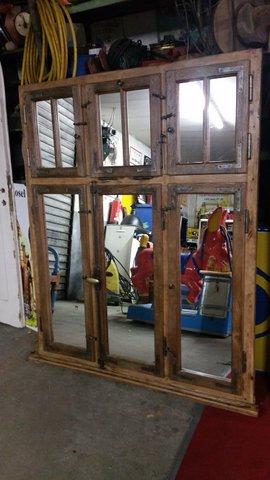 Alte Türen und Spiegelfenster