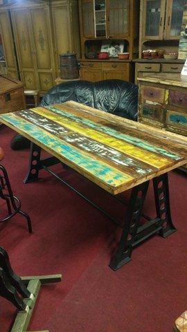 4 kleine, gut aufgearbeitete Tische